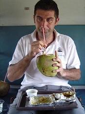 Comiendo un coco en Chenai