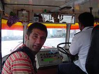 Junto al capitán del barco